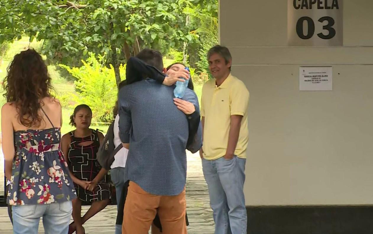 Parentes se emocionam durante velório de Márcia Cabrita (Foto: Reprodução GloboNews)