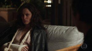 Clara (Bianca Bin) é agredida por Gael (Sérgio Guizé) em O Outro Lado do Paraíso. (Foto: Reprodução/TV Globo)