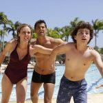 Os personagens Elisa, Jonathan e Uri fogem de tsunami no primeiro capítulo de Apocalipse (Foto: Munir Chatack/Record)