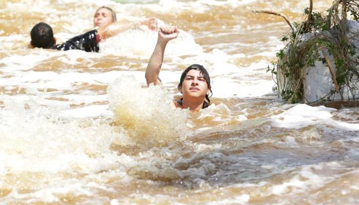 Uri (Phelipe Gomes) em cena de tsunami no primeiro capítulo de Apocalipse (Foto: Munir Chatack/Record)