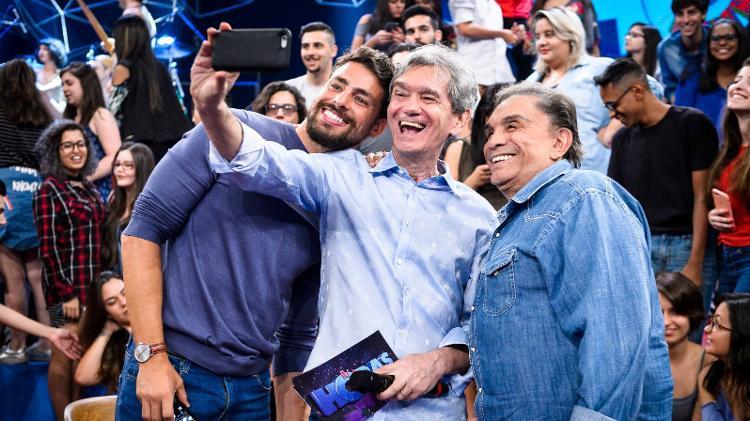 Cauã Reymond, Serginho Groisman e Dedé Santana nos bastidores do Altas Horas