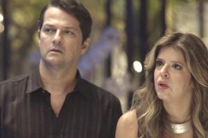 E Malagueta e Maria Pia ficam surpresos quando o empresário coloca no telão a foto dele com a mala de Pedrinho (Foto: TV Globo)
