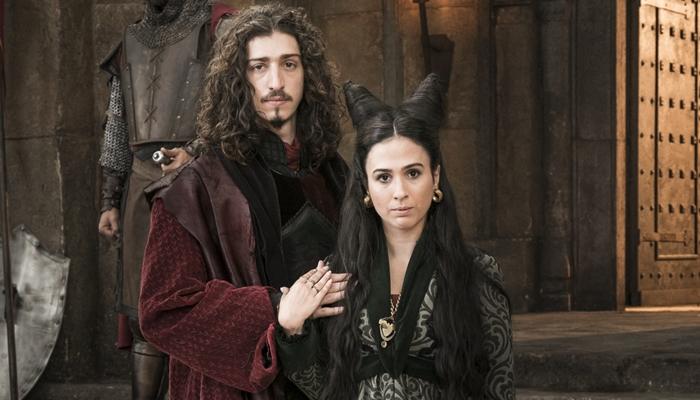 Rodolfo (Johnny Massaro) e Lucrécia (Tatá Werneck) em Deus Salve o Rei (Foto: Globo/Ramón Vasconcelos)
