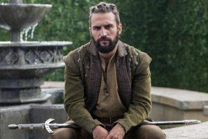 Foto do site da  que mostra José Fidalgo surge careca e volta para elenco Deus Salve o Rei