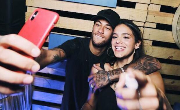Neymar marca Bruna Marquezine em foto