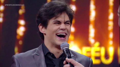 O ator Lucas Veloso recebendo o prêmio do Domingão (Foto: Reprodução/Globo)