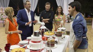 O campeão Dário mostra aos jurados o que preparou na final do Bake Off Brasil (Foto: Artur Igrecias/SBT)