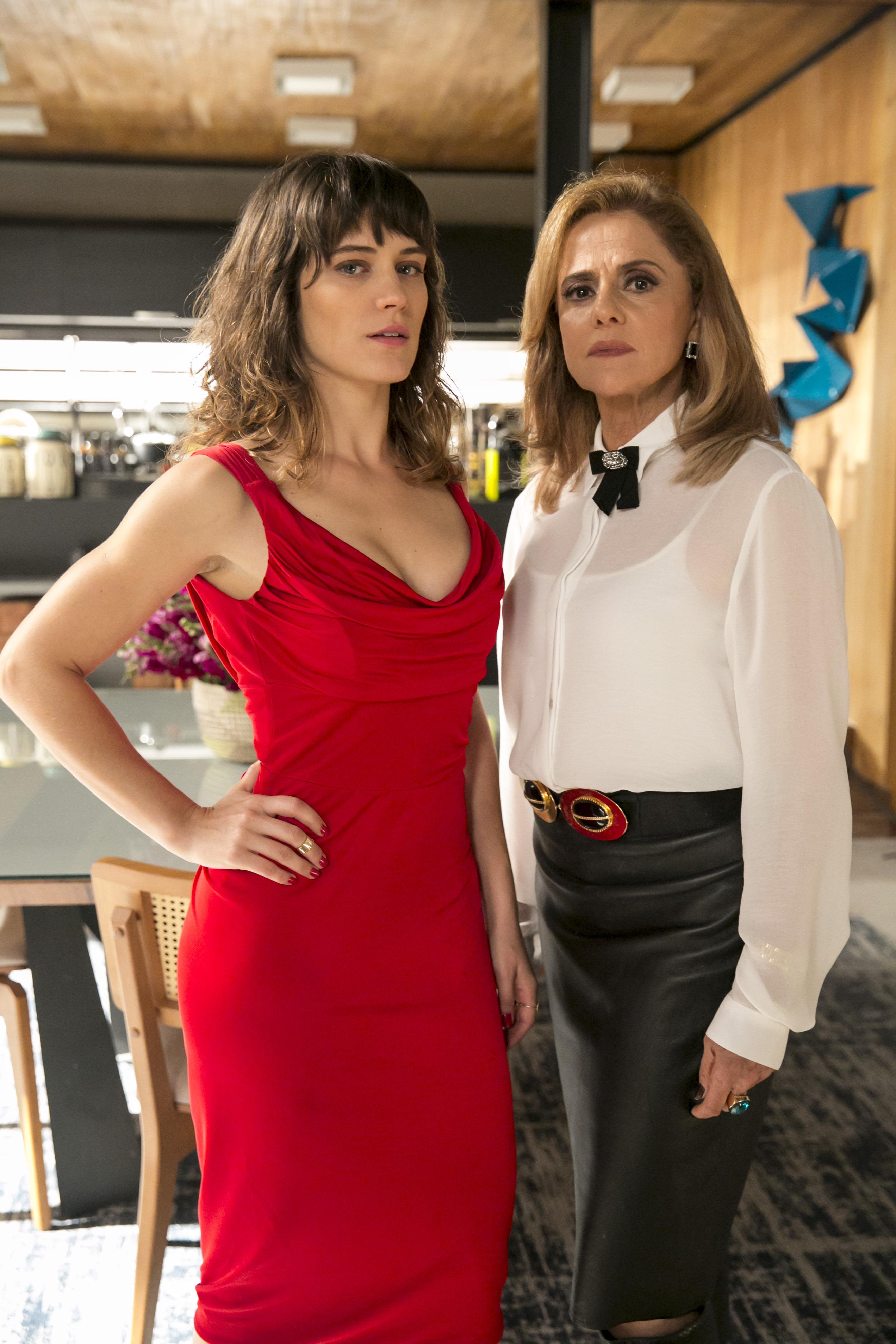 O Outro Lado do Paraíso - cap 47 - cena 24 - Sophia (Marieta Severo) diz a Clara (Bianca Bin) que nunca vai recuperar o filho e mostra o doc da interdição.