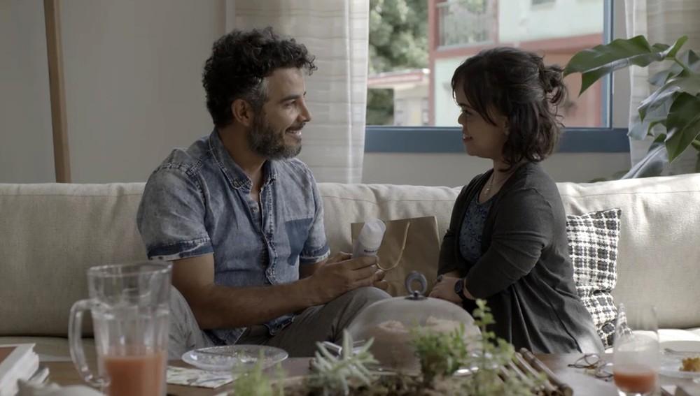 Estela presenteia Juvenal com um creme de barbear (Foto: TV Globo)
