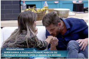 """Fazenda Gugu. Foto do site da O TV Foco que mostra Ao vivo no Gugu, Marcos Harter surpreende e pede desculpas para Flávia Viana na Fazenda: """"Senta aqui"""""""