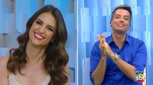 Chris Flores conversa com Leo Dias em sua estreia no programa Fofocalizando. (Foto: Reprodução)