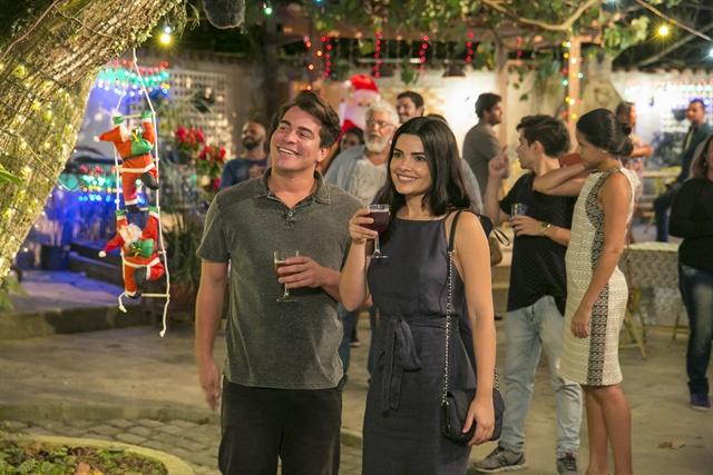 Julio (Thiago Martins) e Antônia (Vanessa Giácomo) saem na vila de mãos dadas no Natal (Foto: Globo/Rafael Campos)