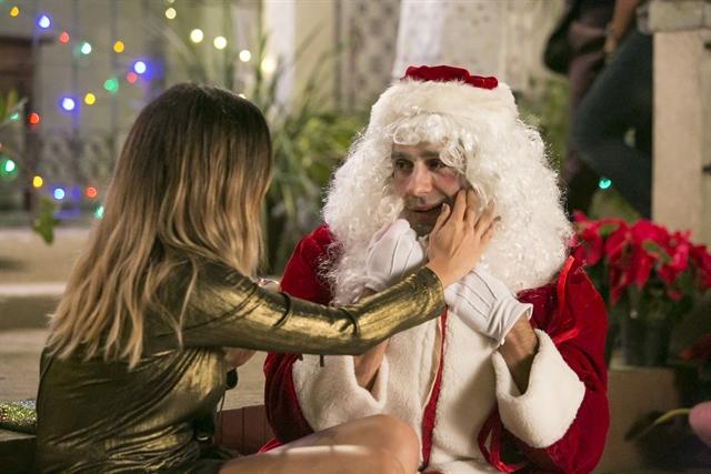 Sandra Helena (Nanda Costa) negocia com o Papai Noel e ele se revela Agnaldo (João Baldasserini) (Foto: Globo/Rafael Campos)