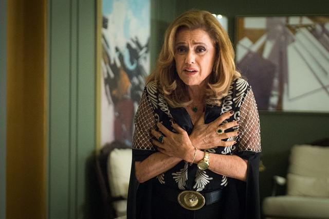 Sophia (Marieta Severo) fica louca em cena de O Outro Lado do Paraíso (Foto: Globo/Raquel Cunha)