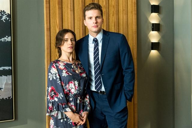 Clara (Bianca Bin) e Patrick (Thiago Fragoso) em O Outro Lado do Paraíso (Foto: Globo/Raquel Cunha)