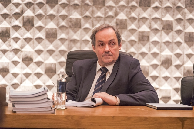 Juiz (Daniel Dantas) responsável pelo julgamento dos ladrões (Foto: Globo/Paulo Belote)