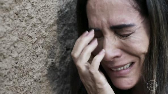 """Mulher chora desesperadamente em cena na novela """"O Outro Lado do Paraíso"""""""
