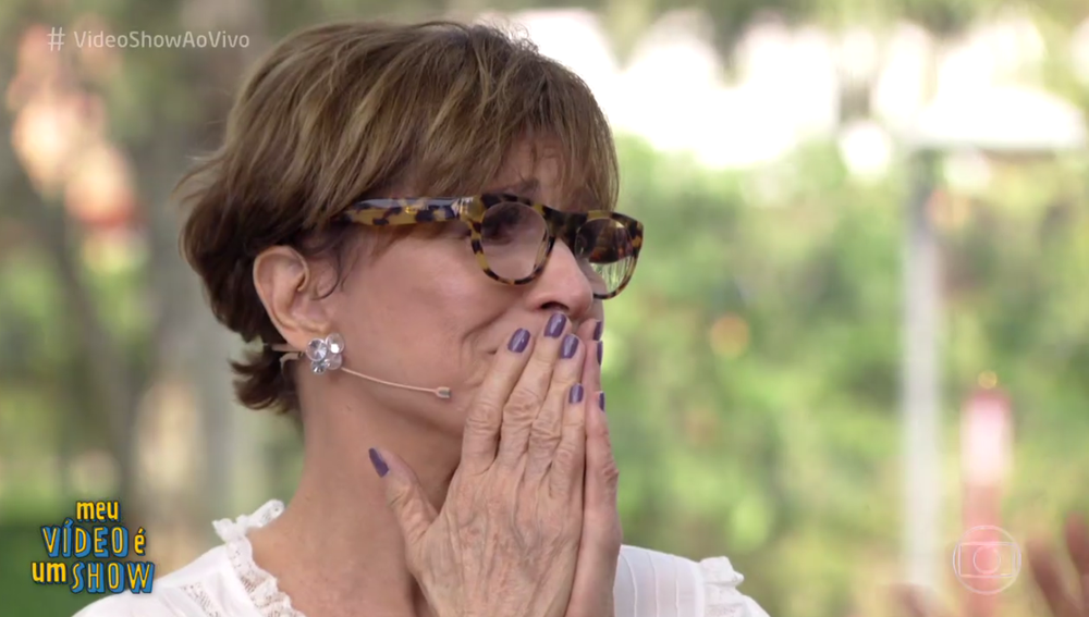 Natália do Vale não segurou as lágrimas ao olhar algumas cenas com quem já contracenou (Foto: TV Globo)