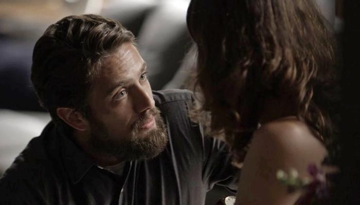 Renato (Rafael Cardoso) e Clara (Bianca Bin) em cena de O Outro Lado do Paraíso (Foto: Divulgação/Globo)