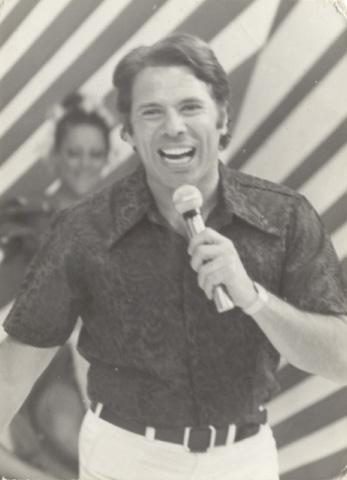 O apresentador Silvio Santos no início da carreira. (Foto: Reprodução)