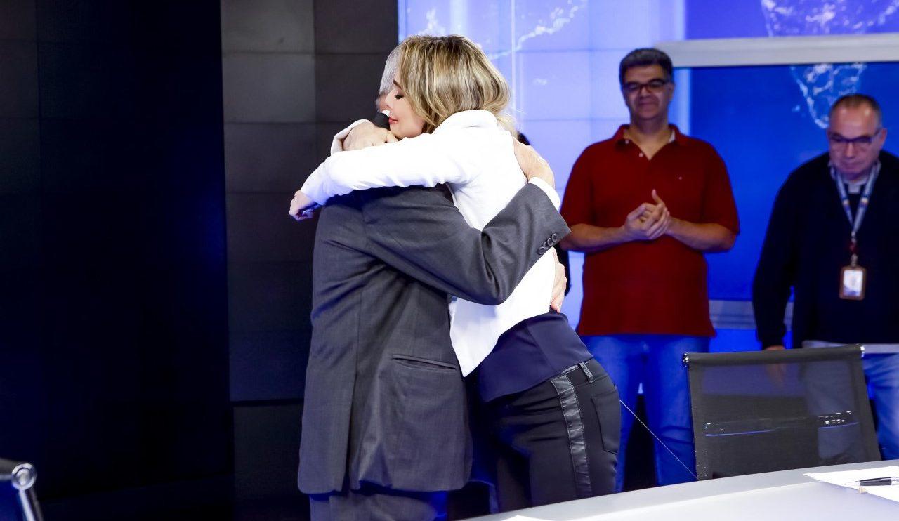 Joseval e Rachel se abraçam nos bastidores do SBT (Foto: Gabriel Cardoso/SBT)