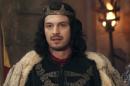 Afonso (Romulo Estrela) em cena do primeiro capítulo de Deus Salve o Rei (Foto: Reprodução/Globo)