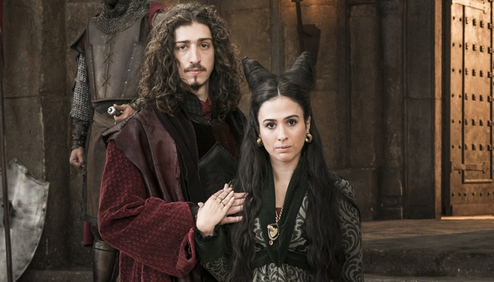 Rodolfo (Johnny Massaro) e Lucrécia (Tatá Werneck) em Deus Salve o Rei (Foto: Divulgação)