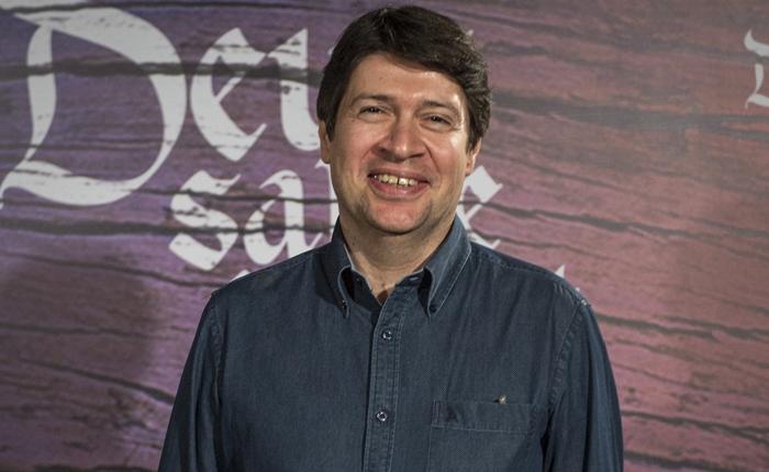 O autor Daniel Adjafre no lançamento de Deus Salve o Rei (Foto: Globo/João Cotta)
