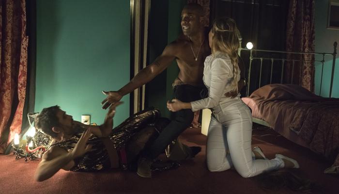 Suzy (Ellen Rocche) flagra Samuel (Eriberto Leão) e Cido (Rafael Zulu) em O Outro Lado do Paraíso (Foto: Globo/Victor Pollak)