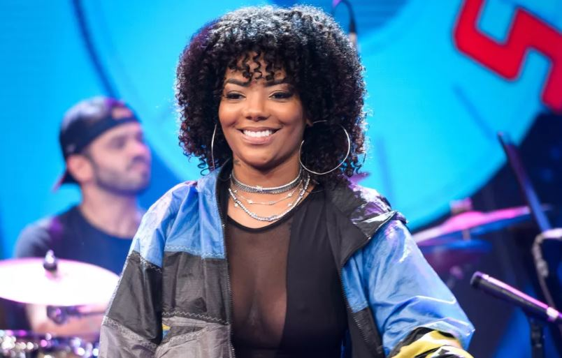 A cantora Ludmilla no palco do Altas Horas (Foto: Ramon Vasconcellos/TV Globo)