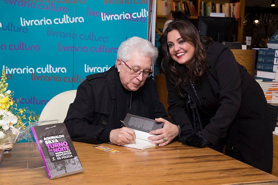 Aguinaldo Silva autografando livro comprado por Fabíola Reipert (Foto: Divulgação)