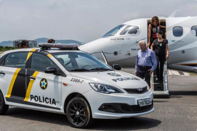 Avião de Athaíde (Reginaldo Faria) e Lígia (Angela Vieira) é interceptado em Pega Pega (Foto: Rafael Lima/Globo)