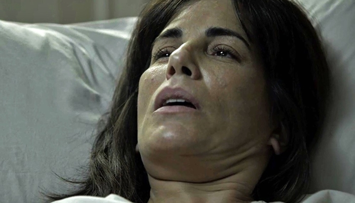 Duda/Elizabeth (Gloria Pires) no quarto de hospital (Foto: Divulgação/Globo)