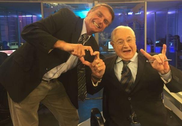 Bolsonaro posa com Boris Casoy nos bastidores da RedeTV! (Foto: Reprodução/Twitter)