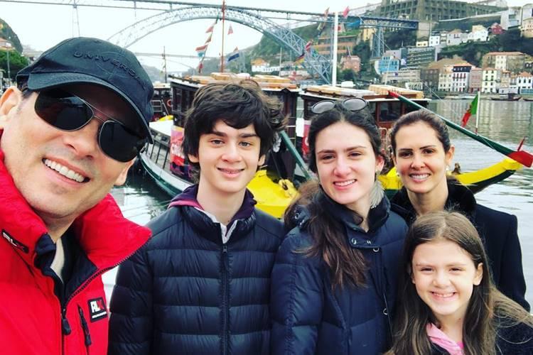 Celso Portiolli curte as férias com a esposa e filhos na Itália