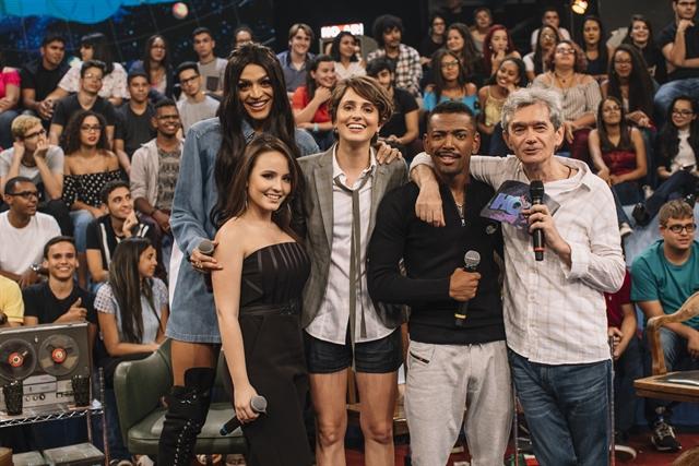 Pabllo Vittar, Larissa Manoela, Carol Duarte e Nego do Borel com Serginho Groisman (Foto: Globo/Júlia Rodrigues)