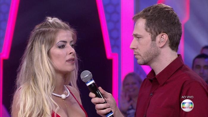 Jaqueline conversou com Tiago Leifert após ser eliminada do BBB18 (Foto: Reprodução/Globo)