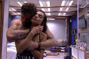 Bbb18 Demais. Foto do site da O TV Foco que mostra BBB18: Paula vai para cama com Breno, acorda sem calcinha e acaba mostrando demais