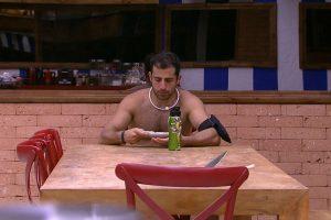 """Conversa. Foto do site da O TV Foco que mostra Kaysar """"imita"""" Kleber Bambam e conversa com garrafa no BBB18"""