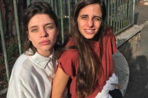 Noticias. Foto do site da O TV Foco que mostra Bruna Linzmeyer e namorada trocam beijos e esquentam clima na areia da praia