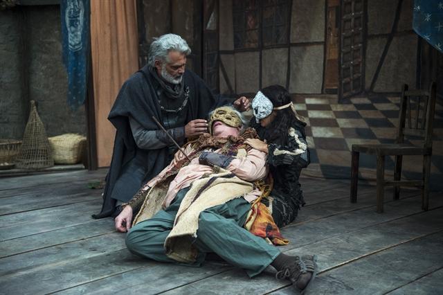 Augusto (Marco Nanini) é atingido por flecha em cena de Deus Salve o Rei (Foto: Globo/Estevam Avellar)
