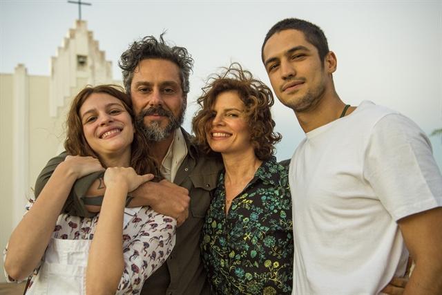 Aurora (Lara Tremouroux), Pedro (Alexandre Nero), Rosinete (Debora Bloch) e Hermano (Gabriel Leone) (Foto: Globo/Estevam Avellar)