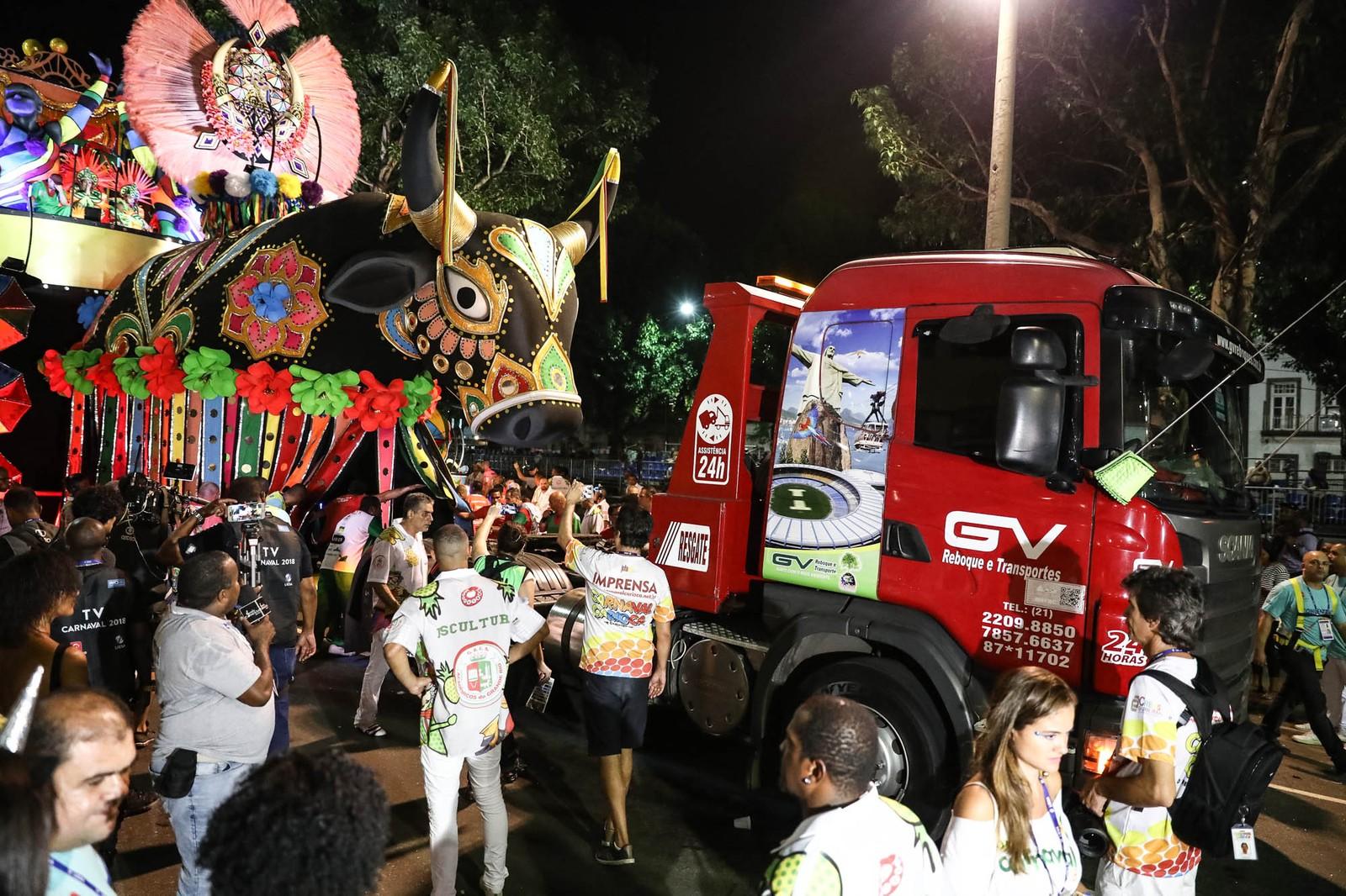 Carro da Grande Rio tem problema técnico e precisa de resgate (Foto: Fábio Tito/G1)
