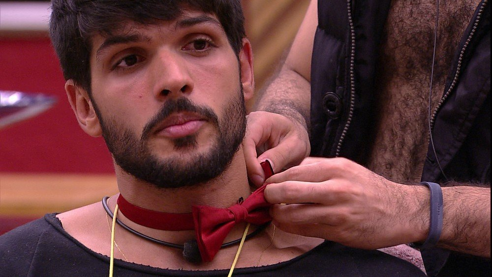 Mahmoud coloca gravata em Lucas no BBB18 (Foto: TV Globo)