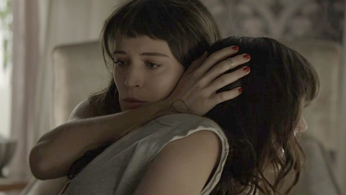 Clara (Bianca Bin) consola Laura (Bella Piero) (Foto: Divulgação/Globo)