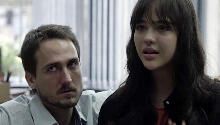 Laura (Bella Piero) acompanhada de Rafael (Igor Angelkorte) em Outro Lado do Paraíso (Foto: Reprodução/Globo)
