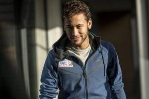 Look. Foto do site da O TV Foco que mostra Neymar desembolsa uma fortuna por look extravagante, mas é reprovado na web