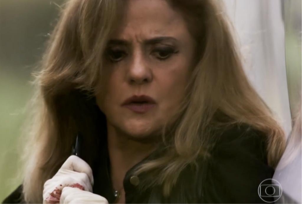 Sophia matou Rato com golpes de tesoura nas costas do rapaz em O Outro Lado do Paraíso (Foto reprodução)