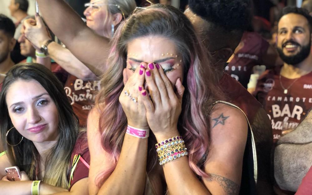 Tati Minerato chora ao ver a Gaviões do lado de fora (Foto: Cauê Fabiano/G1)