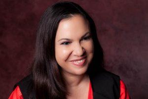 Gloria Calderón Kellett é autora da série One Day at a Time. (Foto: Reprodução)